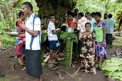 Kochen und Essen draußen in Fidschi lizenzfreie stockfotos