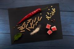 Kochen von Abstraktion auf blauem und schwarzem Hintergrund Stockfoto