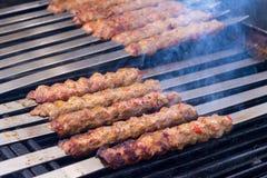Kochen von Adana-Lamm-Kebabs auf dem Restaurant-Art-Grill Lizenzfreies Stockbild