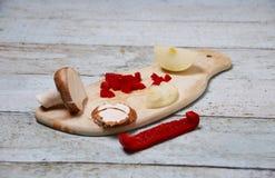 Kochen von Bestandteilen auf hölzernem Schneidebrett Lizenzfreies Stockfoto