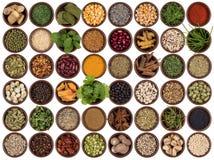 Kochen von Bestandteilen, um Aroma zu addieren und Würze Lizenzfreie Stockfotografie