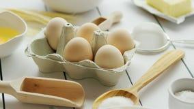 Kochen von Bestandteilen und von Werkzeugen um Eier stock footage