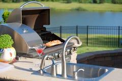 Kochen von Cedar Salmon auf dem Grill an der Küche im Freien Stockfotos