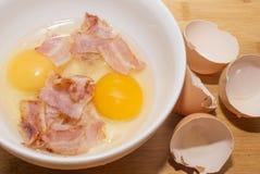 Kochen von Eiern mit Speck Stockfoto