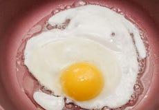 Kochen von Eiern zum Frühstück stockbild