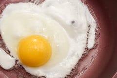 Kochen von Eiern zum Frühstück lizenzfreies stockfoto