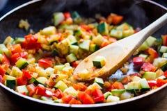 Kochen von Eintopfgerichtratatouille vom Gemüse in der Bratpfanne lizenzfreie stockbilder