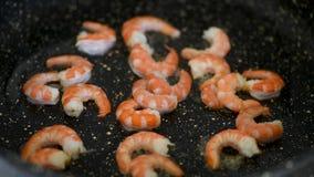 Kochen von Garnelen auf Bratpfanne stock footage