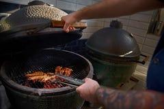 Kochen von Garnelen auf dem Grill Tigergarnelen grillten Meeresfrüchte lizenzfreie stockfotos