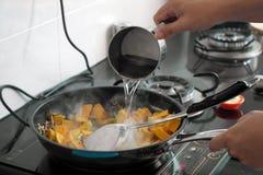 Kochen von Gerichten Stockfoto