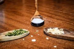 Kochen von Gewürzen und von Kräutern lizenzfreie stockbilder
