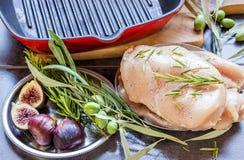 Kochen von Hühnerbrüsten auf dem Grill Sind auf dem Tisch Gewürze - Lizenzfreies Stockbild