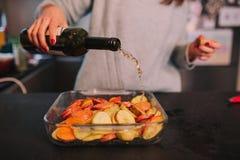 Kochen von Kartoffeln und von S??kartoffeln lizenzfreies stockfoto