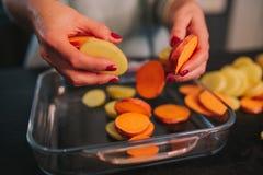 Kochen von Kartoffeln und von S??kartoffeln lizenzfreies stockbild