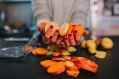 Kochen von Kartoffeln und von S??kartoffeln lizenzfreie stockbilder