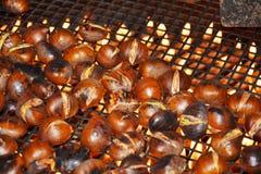 Kochen von Kastanien auf Flammen, Hintergrund Stockfoto