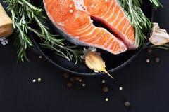 Kochen von Lachsen auf Schiefer Lizenzfreie Stockbilder
