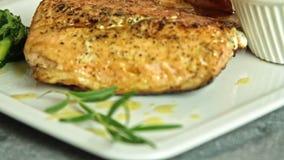 Kochen von Lachsfischen in der Küche stock video