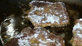 Kochen von von Lebersteaks oder -fleisch Möbeln Sie Leber auf, oder Fleischsteaks braten im Eisenstein stock footage