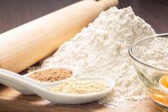Kochen von Lebkuchenplätzchen. Bestandteile auf Tabelle Lizenzfreies Stockfoto