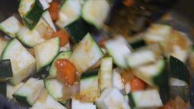 Kochen von Meeresfrüchten mit Gemüse im Eisentopf stock video footage