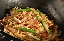 Kochen von Nudeln im Wok lizenzfreies stockbild
