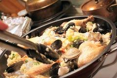 Kochen von Paella Lizenzfreies Stockfoto