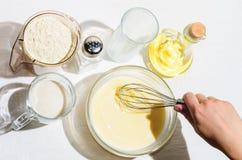 Kochen von Pfannkuchen, Blini Lizenzfreie Stockfotografie
