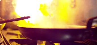 Kochen von Pilzen auf Flamme stock video footage
