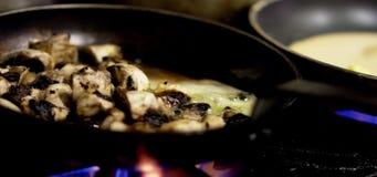 Kochen von Pilzen auf Gasflamme stock video footage