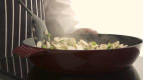 Kochen von Pilzen in Scheiben stock video
