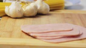 Kochen von Rezept Italiener Spagetti Carbonara stock video