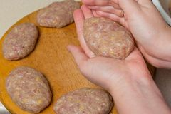Kochen von Rinderhackfleischpastetchen vom Haus Lizenzfreie Stockfotos