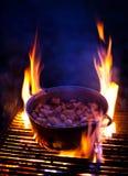 Kochen von Schweinefett auf Grill lizenzfreie stockfotos
