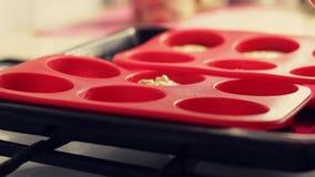 Kochen von selbst gemachten Hüttenkäsemuffins Der Teig wird in Silikonformen für das Backen gegossen stock video