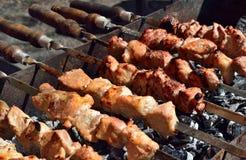 Kochen von shashlik auf der Natur Stockbilder