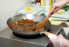 Kochen von Soba-Nudeln mit Gemüse stockfotos