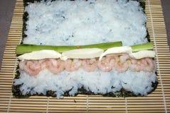 Kochen von Sushirollen Stockfotos
