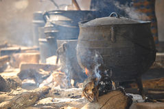 Kochen von Töpfen auf einem Feuer stockbilder