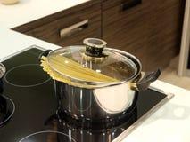 Kochen von Teigwaren Stockbild