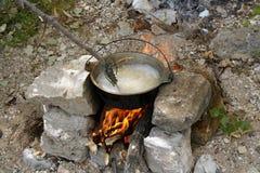 Kochen von Teigwaren in Feldzuständen Stockfotos