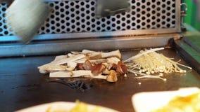 Kochen von Teppanyaki mit Pilzen stock video footage