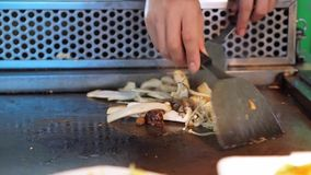 Kochen von Teppanyaki mit Pilzen stock footage