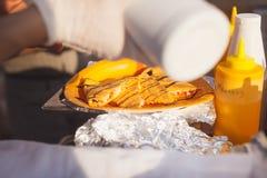 Kochen von vegetarischen Quesadillas in der Küche Lizenzfreie Stockfotos