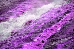 Kochende Flüssigkeit der violetten Geysirmineral-Geologie