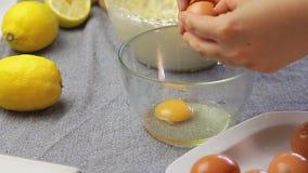 Kochende und knackende Eier der Frau stock video