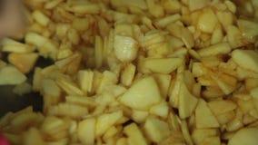 Kochende und mischende Bestandteile der Frau f?r Apfelkuchen stock video footage
