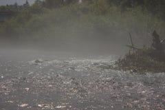 Kochender Fluss auf dem Sturm stockbilder
