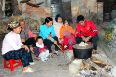 Kochender Reiskuchen der Leute Stockbilder