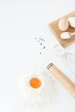 Kochendes, kulinarisches Zubehör und Lebensmittelinhaltsstoffe liegen auf einem Whit Stockbild